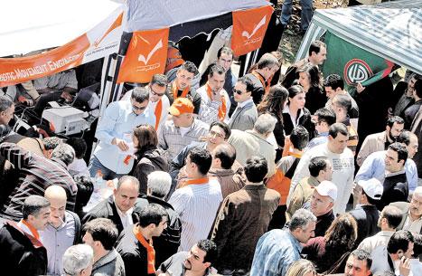 حشود من مهندسي المعارضة امام خيمتين للتيار الوطني الحر وحركة امل  (مروان طحطح)
