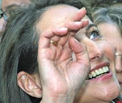 رويال تحيي مناصريها خلال جولة انتخابية في باريس أمس (مايكل سووبر ـ أ ب)