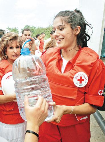 ملكة جمال لبنان نادين نجيم تشارك في نقل المؤونة إلى المدنيّين المحاصرين في مخيم نهر البارد (بن كورتيس - أ ب)