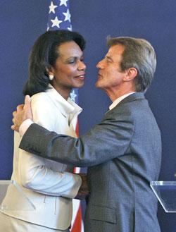 قبلة بين رايس وكوشنير في باريس (مهدي فيدواش ــ أ ف ب)