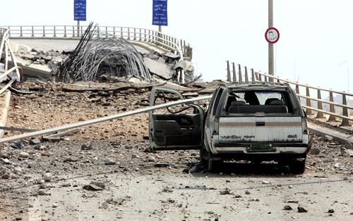جسر الأولي بعد تدميره (أرشيف ــ وائل اللادقي)