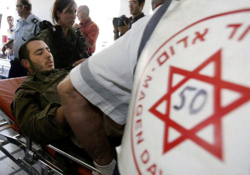 جندي إسرائيلي جريح يُنقل إلى إحدى مستشفيات حيفا (أرشيف - أ ف ب)