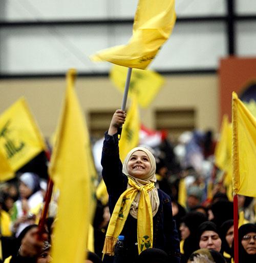 فتاة ترفع علم حزب الله في احتفال «يوم الشهيد» الذي يصادف في 11 تشرين الثاني من كل عام والذي أحياه الحزب أمس باحتفال حاشد أقامته «مؤسسة الشهيد» في «مجمّع سيّد الشهداء» في منطقة الرويس في الضاحية الجنوب