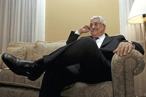 الرئيس الفلسطيني محمود عباس يتابع الأخبار من مقرّه في أنابوليس (لؤي أبو هيكل ـ رويترز)