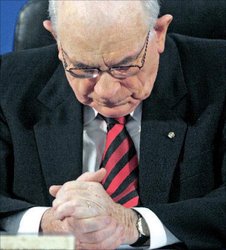 رئيس لجنة التحقيق في حرب لبنان صيف عام 2006، إلياهو فينوغراد، أثناء المؤتمر الصحافي الذي تلا فيه خلاصات تقريره في القدس المحتلّة أمس. (رونن زفولون ـ رويترز)