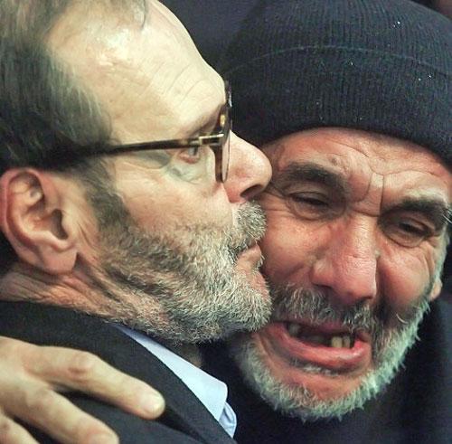فايز مغنيّة (إلى اليسار) يتقبّل التعازي باستشهاد ابنه عماد في مجمّع سيّد الشهداء في الضاحية الجنوبية أمس (هيثم الموسوي)
