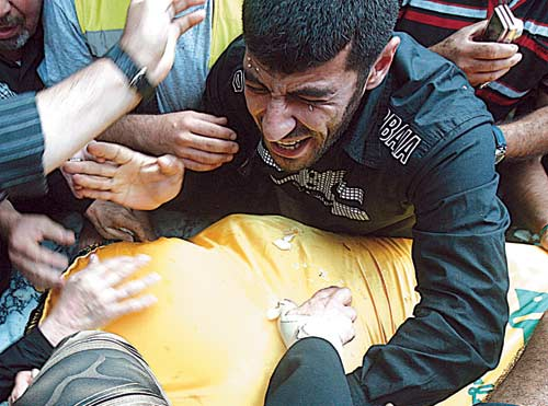 تشييع أحد عناصر حزب اللّه حسين البرجي في محلّة الأوزاعي (هيثم الموسوي)