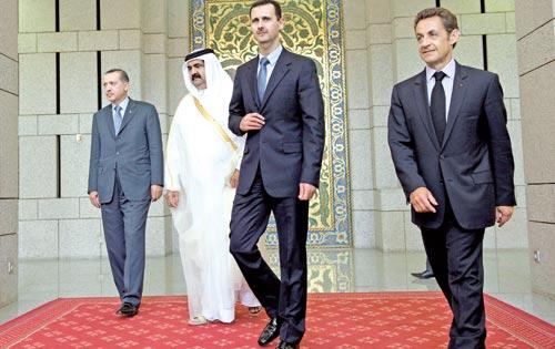 الرئيسان ساركوزي والأسد وأمير قطر الشيخ حمد بن خليفة آل ثاني ورئيس الوزراء التركي رجب طيّب أردوغان في دمشق أمس (فيليب ووجازر ــ أ ب)