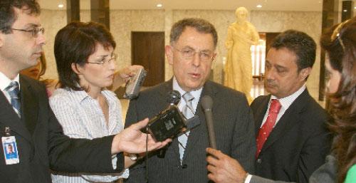الرئيس السنيورة يصرّح للصحافيّين بعد لقائه الرئيس سليمان في قصر بعبدا أمس (دالاتي ونهرا)
