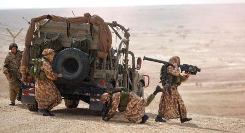 جنود الاحتلال يتدرّبون بالقرب من مدينة ايلات جنوب اسرائيل الثلاثاء الماضي (آرييل شاليط ــ أ ب)