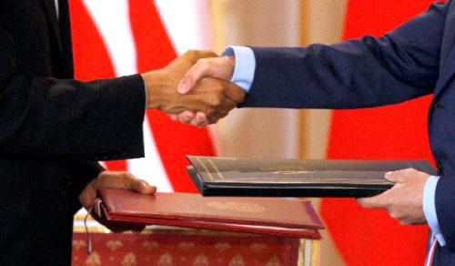 أوباما ومدفيديف يتبادلان نسختي المعاهدة في براغ امس (بيتر جوزيك - رويترز)