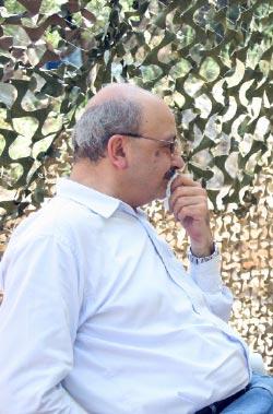 في استراحة خلال جولة مع الشهيد عماد مغنية على مواقع للمقاومة في حزيران 2006