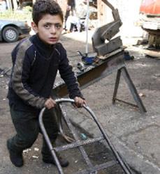 طفل طرابلسي يعمل في كاراج حدادة (أرشيف)