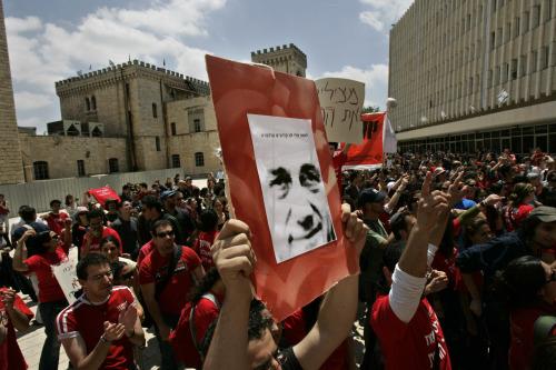 طلبة إسرائيليّون خلال احتجاج يدعو أولمرت إلى الاستقالة في القدس المحتلّة أمس (أوديد باليتي - أ ب)