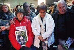 أقارب القتلى الإسرائيليين يتظاهرون خارج منزل إيهود باراك في تل أبيب أمس (جيل ماجين - رويترز)