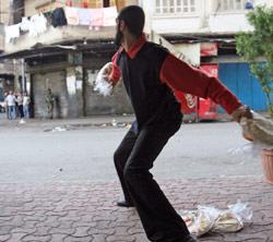 توزيع الخبز يعبر الشوارع تفادياً لرصاص القنّاصة (بلال جاويش)