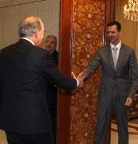 الأسد مستقبلاً ميتشل في دمشق الشهر الماضي (خالد الحريري ــ رويترز)