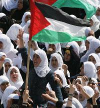 طالبات فلسطينيات خلال التظاهرة في غزة (محمود حمس ـ أ ف ب)