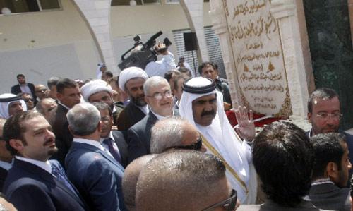 صورة جامعة أمام اللوحة التذكارية لسوق بنت جبيل (أ ب ــ محمد الزعتري)
