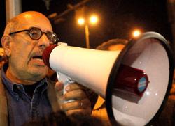البرادعي يخطب بالمتظاهرين في ميدان التحرير أمس (أسماء وجيه ــ رويترز)