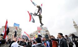 من مسيرة تأييد للنظام في دمشق أمس (رويترز)