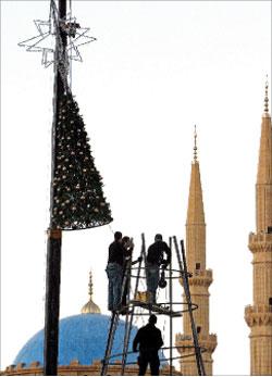 ينصبون شجرة الميلاد في ساحة الشهداء (مروان طحطح)