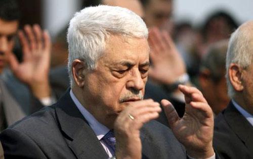 الرئيس الفلسطيني محمود عباس يؤدّي صلاة الجمعة في مدينة رام الله (أرشيف - رويترز)