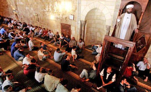 أمين عام حركة التوحيد الإسلامي الشيخ بلال شعبان يلقي خطبة الجمعة في مسجد التوبة في طرابلس (أرشيف ـ مروان طحطح)