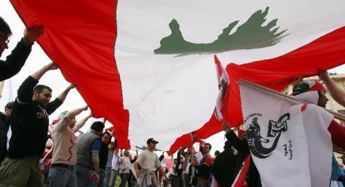 العلم اللبناني مظلّة لأحزاب كثيرة (أرشيف)