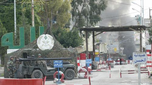 عناصر من الجيش اللبناني خلال أحد الاشتباكات في حي التعمير على طرف عين الحلوة (خاص «الأخبار»)