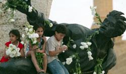 احتفالات في ساحة الشهداء بعد إزالة مخيّم المعارضة (هيثم الموسوي)