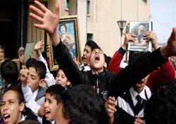 طلاب يحملون صوراً للقذافي خلال زيارة اعلاميين غربيين مدرستهم في طرابلس (رويترز)