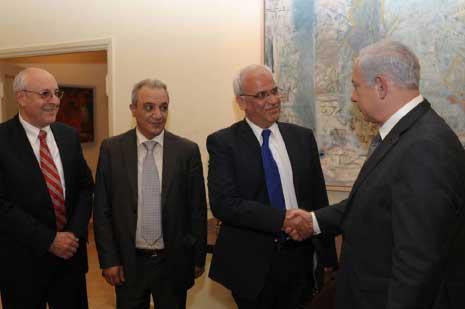 قتلت إسرائيل والد ماجد فرج (الثالث من اليمين) بـ12 رصاصة مطلع الانتفاضة الثانية