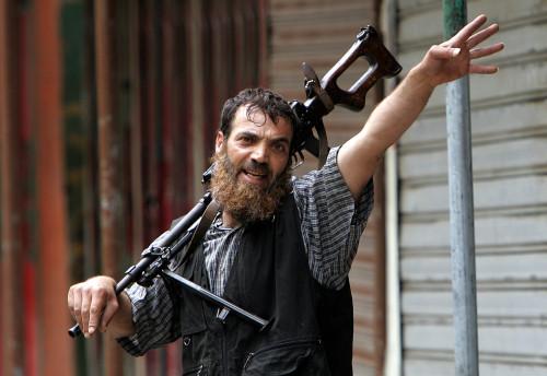 أحد مقاتلي «فتح - الإسلام» في مخيّم نهر البارد أمس (حسين ملا - أ ب)