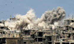 دخان القصف العنيف يتصاعد من مخيم نهر البارد أمس (رمزي حيدر- أ ف ب)