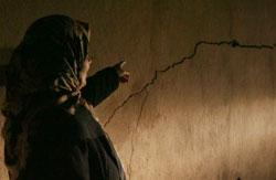 امرأة في العباسية قرب حائط متفسخ جراء الهزة (حسن بحسون)