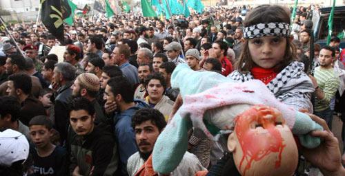 مشاركون في المسيرة الشعبية الحاشدة التي إنطلقت عصر امس في عين الحلوة (خالد الغربي)