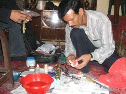 أبو منير يصنع طقم اسنان داخل منزل احد المرضى