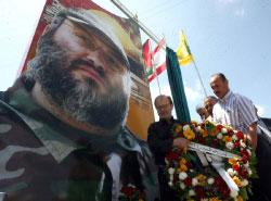 والد مغنية ورئيس بلدية طيردبا يضعان أكليل زهور على اللوحة (حسن بحسون)