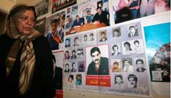 زينب حمود امام ملصق للمفقودين والقنطار (أنور عمرو - ا ف ب)