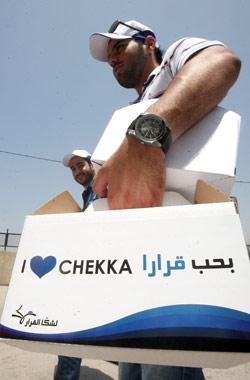 يحمل علبة الدعم إلى مركز اقتراع في شكا (مروان طحطح)