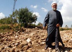 يؤكد العيتاوي أن آل حمادة باعوا قسماً من أراضي البلدة إلى الكنيسة