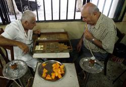 يستقلّ أبو ساكو الباص منذ 45 عاماً من سن الفيل إلى بربور ليلعب الطاولة