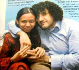 نجم وزوجته الماليزية