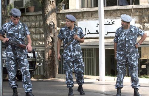 عنصران من قوى الأمن الداخلي أمام قصر العدل (أرشيف)
