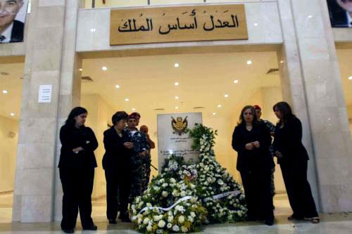 عوائل شهداء القضاء أمام نصب ذكراهم في قصر عدل صيدا