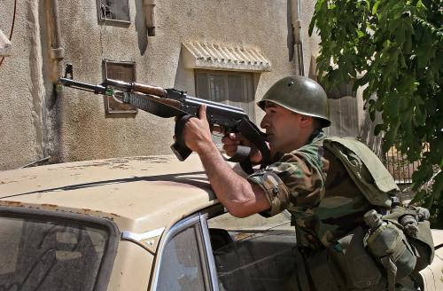 جندي في وضعية قتالية خلال المداهمات (أ ف ب)