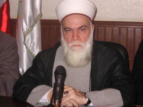 الشيخ أسد العاصي خلال المؤتمر الصحافي