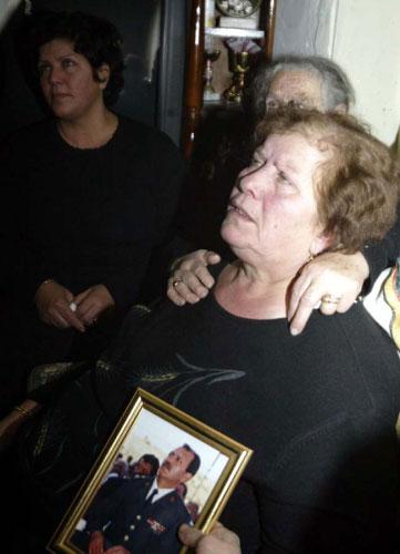 والدة العميد الحاج تبكيه في مسقط رأسه رميش (حسن بحسون)