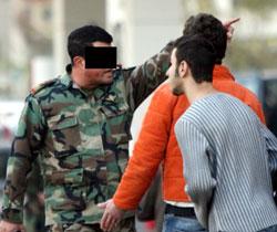 ضابط في الجيش يعطي تعليمات للمواطنين (عدنان حاج علي)